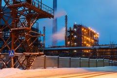 Vele pijpen en schoorstenen met industriële toren Royalty-vrije Stock Afbeeldingen