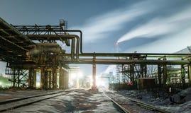 Vele pijpen en schoorstenen met industriële toren Royalty-vrije Stock Fotografie