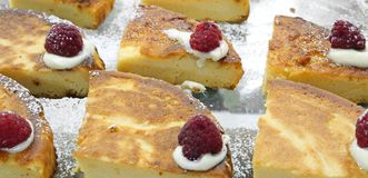 vele plakken van cake voor verkoop bij gebakjes winkelen stock foto