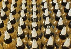 Vele plastic flessen met kappen met vloeistof voor elektronische sigaretten hoogste mening sluiten omhoog stock afbeeldingen