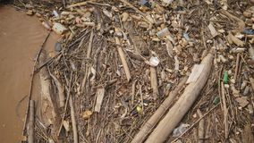 Vele plastic flessen tussen gewassen takjes en andere organische materialen stock foto's