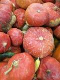 Vele pompoenen op een landbouwersmarkt stock foto