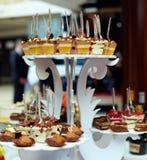 Vele porties van zoet smakelijk dessert op buffet royalty-vrije stock foto's