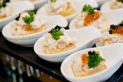 Vele porties van zoet smakelijk dessert op buffet royalty-vrije stock afbeeldingen