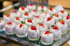 Vele porties van zoet smakelijk dessert op buffet stock foto