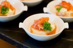 Vele porties van zoet smakelijk dessert op buffet stock fotografie