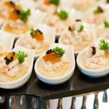 Vele porties van zoet smakelijk dessert op buffet royalty-vrije stock afbeelding