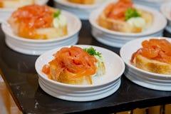 Vele porties van zoet smakelijk dessert op buffet stock foto's