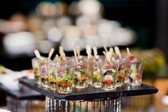 Vele porties van zoet smakelijk dessert op buffet stock afbeeldingen