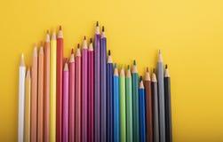 Vele potloden van verschillende kleuren op een rij royalty-vrije stock afbeelding
