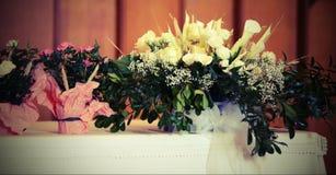 Vele potten van bloemen op het altaar met uitstekend effect Stock Afbeelding