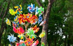 Vele pret kleurrijke vuurraderen die in de wind in Carnaval p spinnen Stock Fotografie