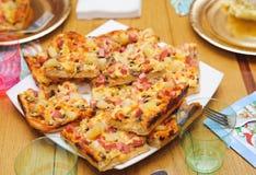 Vele reepjes van met de hand gemaakte pizza. voedend voedsel Royalty-vrije Stock Foto's