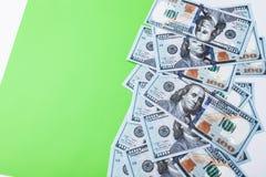 Vele rekeningen van 100 dollars, ons bankbiljet, groene achtergrond met de muntclose-up van het geldcontante geld, het Voorzitter Stock Foto