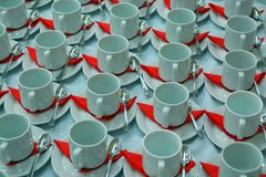 Vele rijen van koffie vormen en schotel met theelepeltje en een rode schotel tot een kom Witte en rode achtergrond Stock Afbeelding