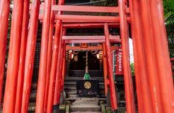 Vele rode houten Torii-poorten bij Shinagawa-Heiligdom - Shinagawa Jin royalty-vrije stock fotografie