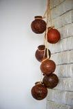 Vele ronde etnische houten potten die op de kabel hangen Stock Afbeelding