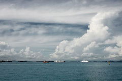 Vele schepen bij de horizon Bewolkte hemel Stock Foto's