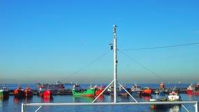 Vele schepen dichtbij de pijler royalty-vrije stock afbeelding