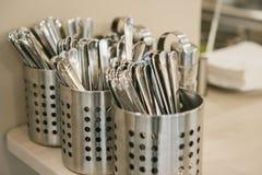 Vele schone keukentoestellen: de lepels, vorken, messen liggen samen royalty-vrije stock foto's