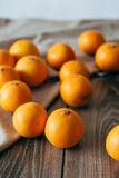 Vele sinaasappelen op de houten lijst Royalty-vrije Stock Foto's