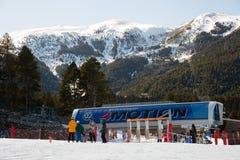 Vele skiërs op helling van La Molina, Spanje Stock Foto's