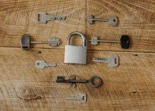 Vele sleutels één slot stock afbeelding