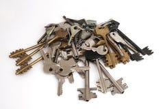 Vele sleutels isoleren op wit stock afbeelding