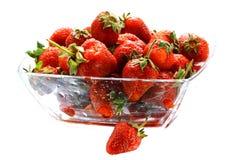Vele smakelijke aardbeien in het glas werpen Stock Foto