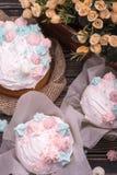Vele smakelijke cakes liggen hierboven op een donkere houten lijst, mening van stock fotografie