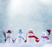 Vele sneeuwmannen die zich in het landschap van de winterkerstmis bevinden Stock Afbeeldingen