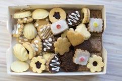 Vele soorten Kerstmiskoekjes in één stapel in de doos royalty-vrije stock afbeeldingen