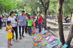 Vele speelgoed, boeken en gelukkige dingen zijn voor verkoop bij een straatmarkt op de eerste dag van het maan nieuwe jaar in Vie Stock Afbeeldingen