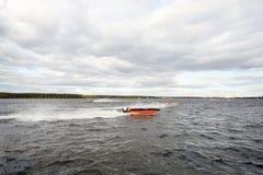 Vele sportsmans drijven snel bij motorboot op rivier Royalty-vrije Stock Afbeelding
