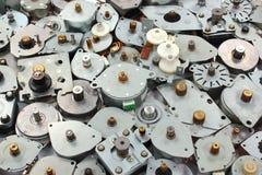Vele stepper motoren als industriële e-afval achtergrond royalty-vrije stock afbeeldingen
