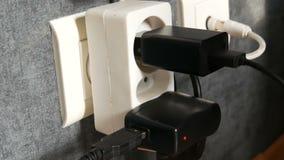 Vele stoppen in de muurafzet Adapterlader in de muurafzet stock videobeelden