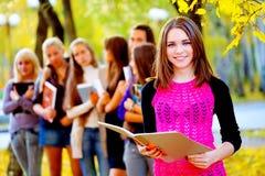 Vele studenten in de herfst parkeren stock foto's