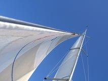 Vele su un yacht di navigazione fotografia stock