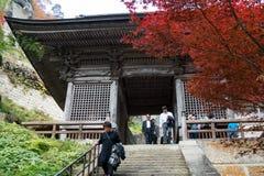 Vele toerist komt aan Yamadera door poort Nio -nio-mon in de Herfstseizoen royalty-vrije stock fotografie