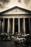 Vele toeristen bezoeken het oude Pantheon in Rome, Italië Stock Afbeelding