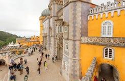 Vele toeristen die beelden maken en rond de torens van het Paleis van de 19de eeuwpena lopen stock afbeeldingen