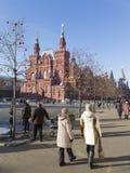 Vele toeristen die op het Rode Vierkant lopen Stock Fotografie