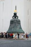 Vele toeristen nemen foto's door de Koning Bell in Moskou het Kremlin Stock Fotografie