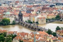 Vele Toeristen op Charles Bridge in Praag Royalty-vrije Stock Afbeeldingen