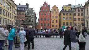Vele toeristen op het vierkant voor het Nobel-Museum in de oude stad Gamla Stan in Stockholm stock footage