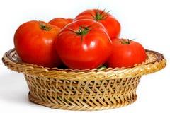 Vele tomaten in een mand Stock Afbeelding