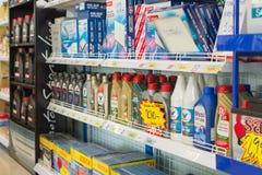 Vele types van filter en smeerolie in auto winkelen stock afbeeldingen