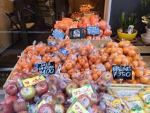 Vele types van vruchten klaar voor verkoop op plank in de markt Royalty-vrije Stock Foto