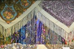 Vele varianten van Russische traditionele headscarves Stock Fotografie