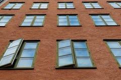 Vele vensters op de muur Stock Foto's